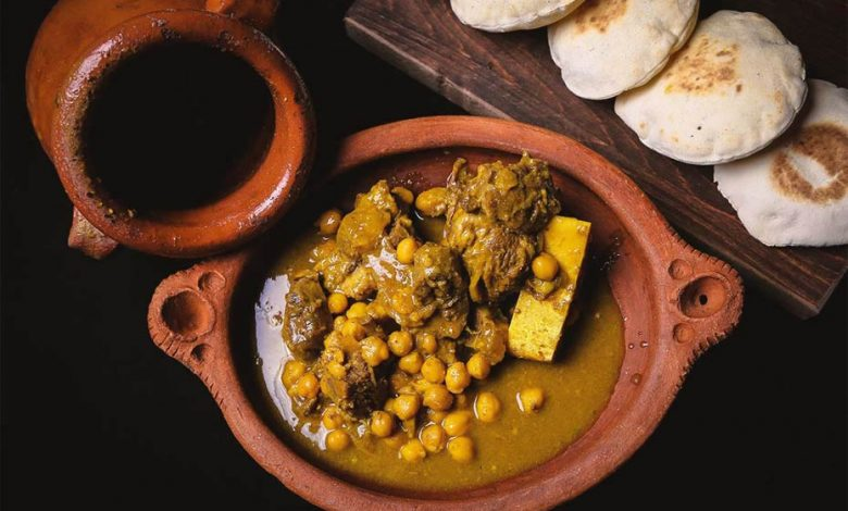 A Moroccan tanjia with pieces of meat, a stew and chickpeas